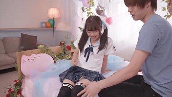 छोटे शरीर के साथ गड़बड़ युवा जापानी छात्रा