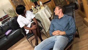 काली मनोरोगी नर्स जलती हुई गुदा मदद देती है