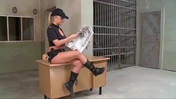 एक पुलिस महिला के साथ दोहरी पैठ