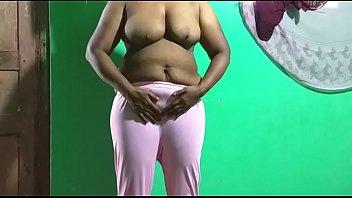 तमिल मोटी औरत स्तन को छूती है और बिल्ली को हस्तमैथुन करती है