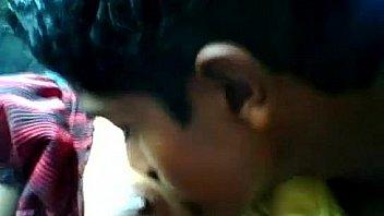 सार्वजनिक स्थान पर तेलुगु लड़की
